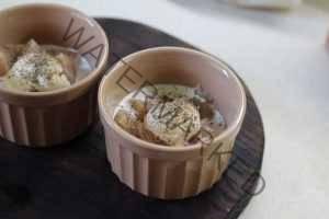 Жульен с курицей и грибами по-французски. Добавляем другие ингредиенты.