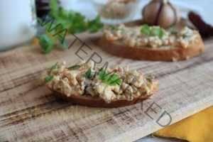 Намазка для бутербродов из плавленого сыра, маринованных грибов