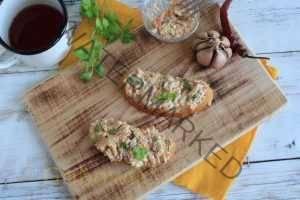 Намазка для бутербродов из плавленого сыра, маринованных грибов и моркови